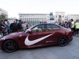 Kevin Hart arriva in Piazza Duomo a bordo di una Alfa Romeo Giulia Quadrofoglio