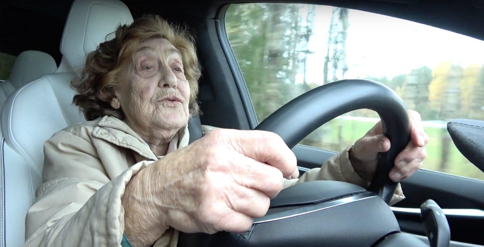 Starica iz Moskviča u Tesla Modelu X