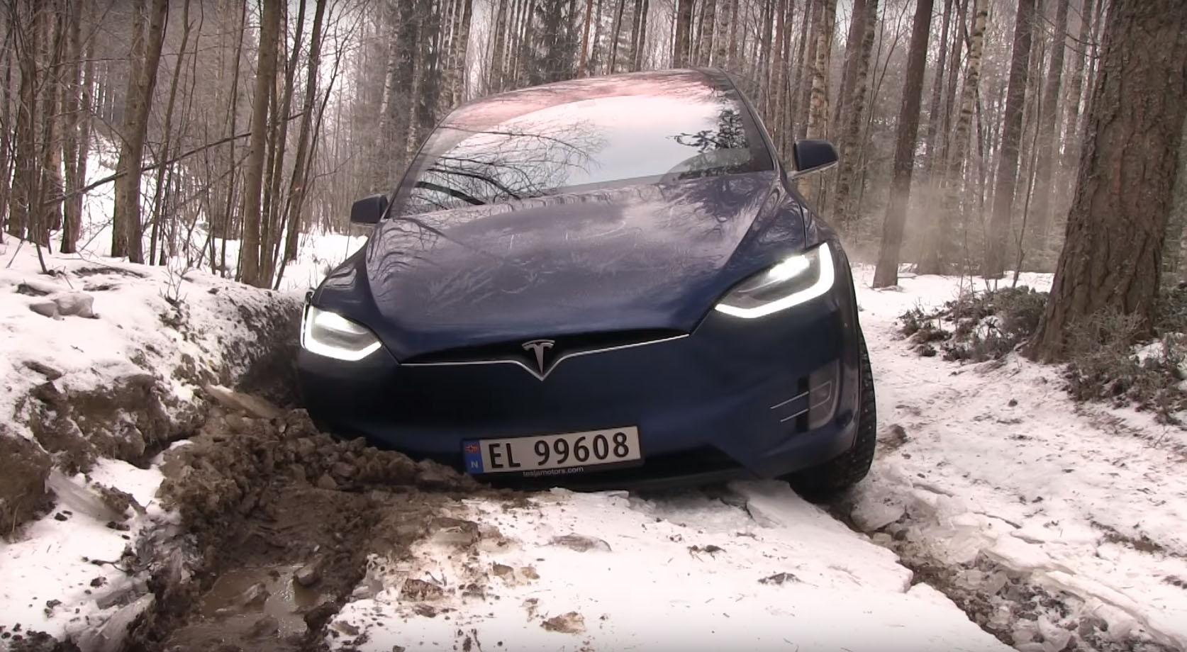 Teslin SUV se zaglavio u blatu, spasio ga Wrangler (video)