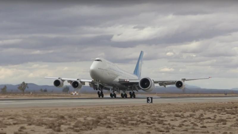 Zašto ovaj Boeing 747 ima jedan motor veći od ostalih?