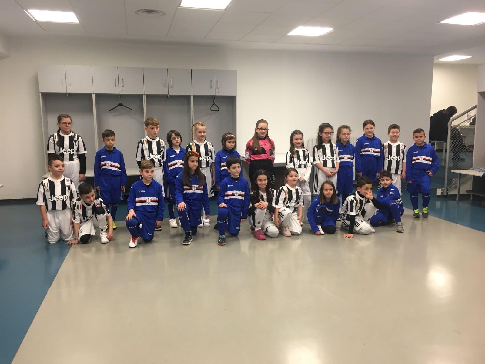 Deca zaposlenih u kompaniji  FCA Srbija na terenu sa fudbalerima Juventusa