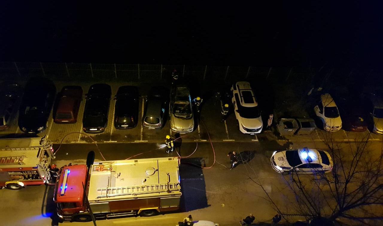 Zapaljen Mercedes-Benz ML u Novom Sadu (VIDEO i fotografije)