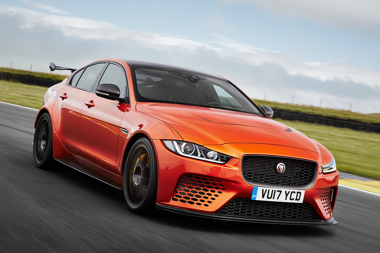 Jaguar XE SV Project 8 – pušten sa lanca na Goodwood stazi – (Video)