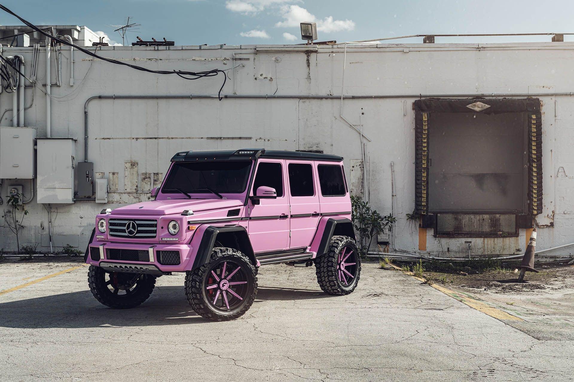 Kičeraj na kvadrat Ružičasti Mercedes G klase 4x4² galerija