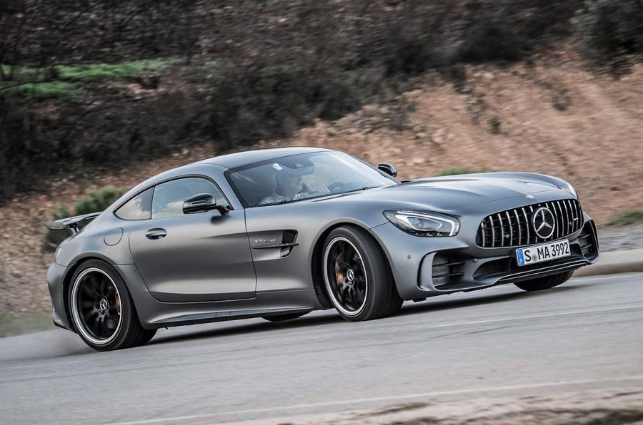 Mesut Ozil iako u ratu sa proizvođačem, ipak dobio Mercedes-AMG GT R