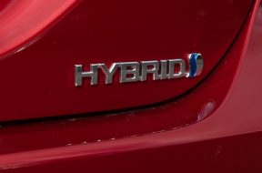 18-2018-Toyota-Camry-SL-Hybrid-Emotional-Red-HR-040