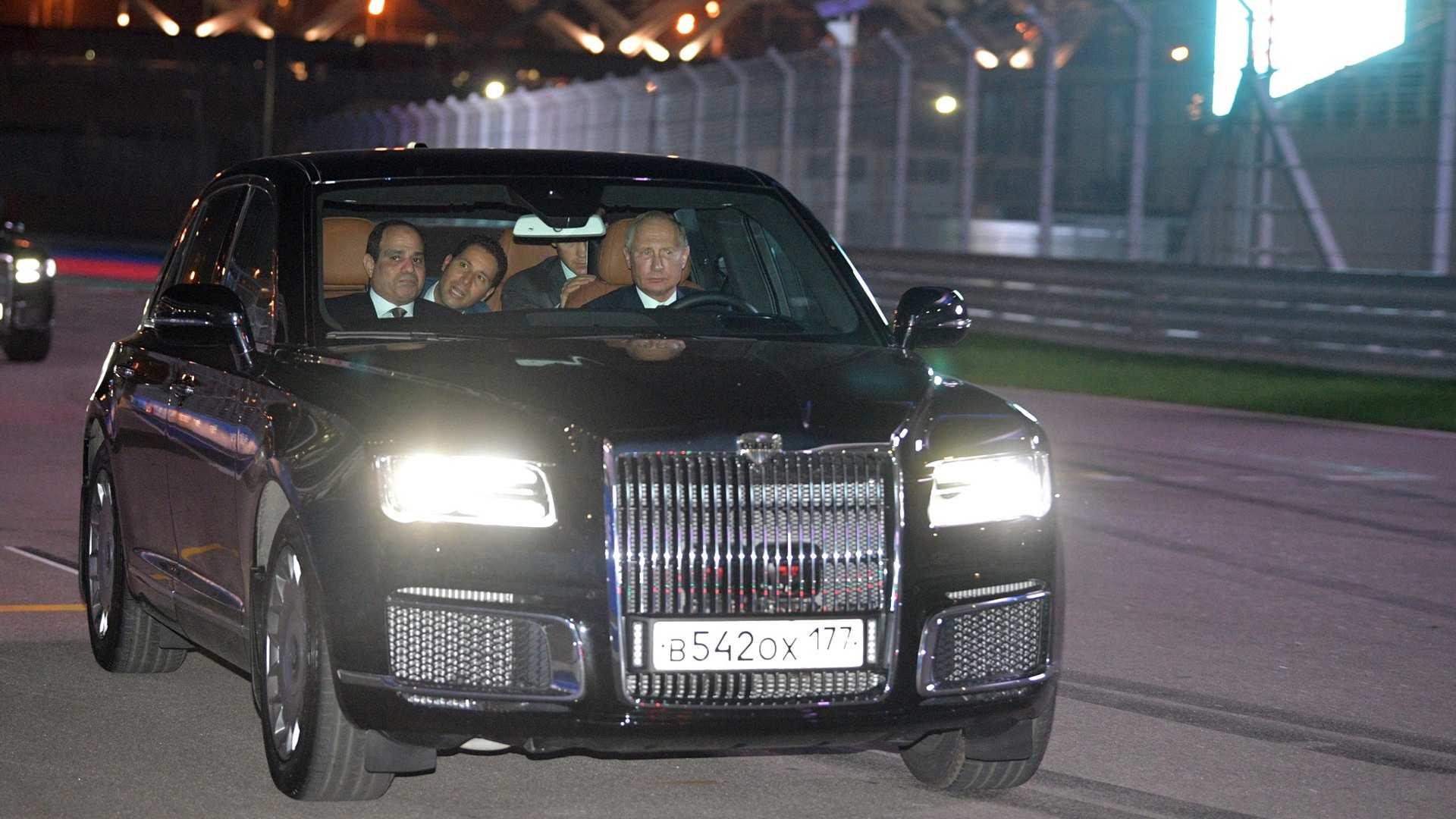 Vladimir Putin u ulozi šofera (galerija)