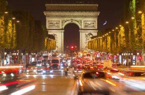 Triumphbogen mit Straßenverkehr Nachtaufnahme Champs Elysées Paris Frankreich Europa *** Triump