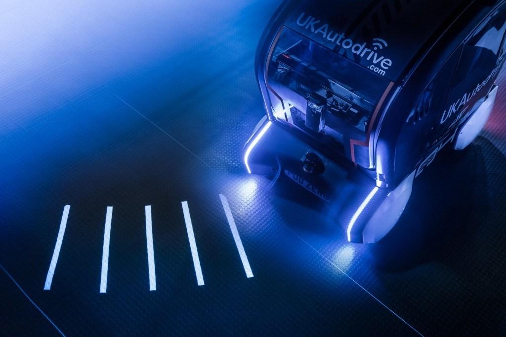 """Jaguar Land Rover """"projektuje"""" svetlosne signale i obaveštava pešake o smeru kretanja"""