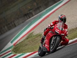 24_ducati-panigale-v4-r-action