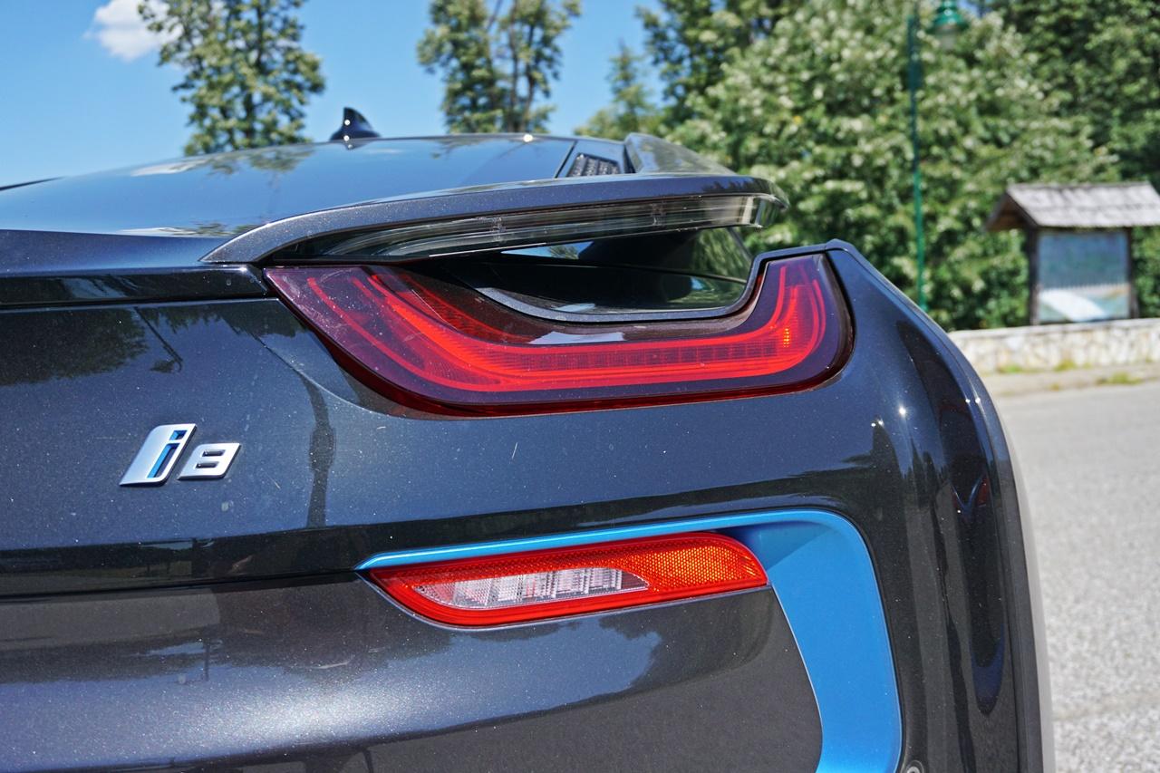 """Subaru uleteo u izložbeno-prodajni salon BMW-a i bacio osiguravajuću kuću u """"bedak"""" (VIDEO)"""