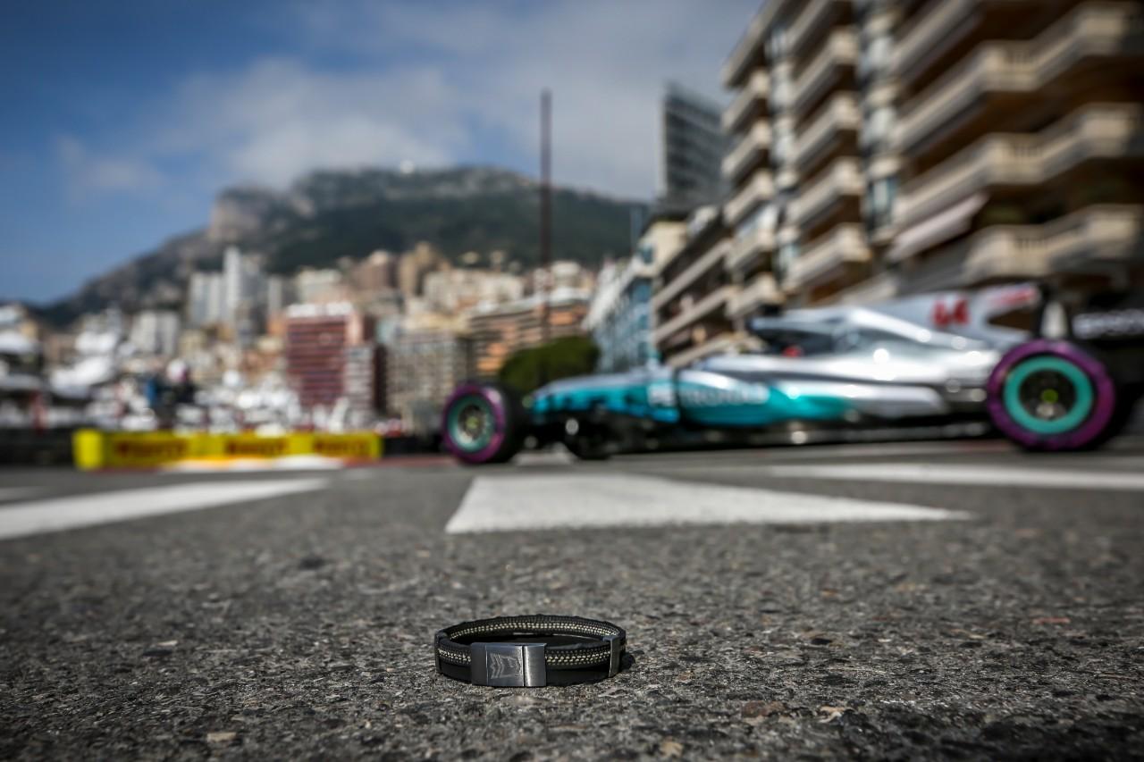 Narukvica izrađena od gume sa bolida kojim je upravljao Ajrton Sena