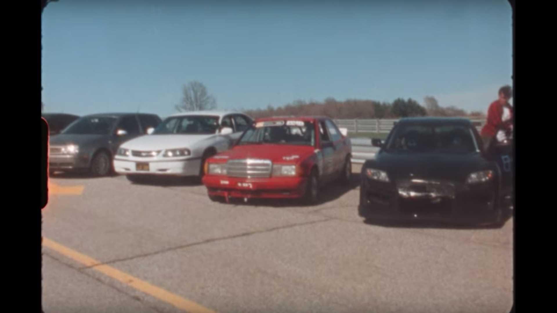 Kamera iz šezdesetih i automobili iz vremena sadašnjeg (VIDEO)