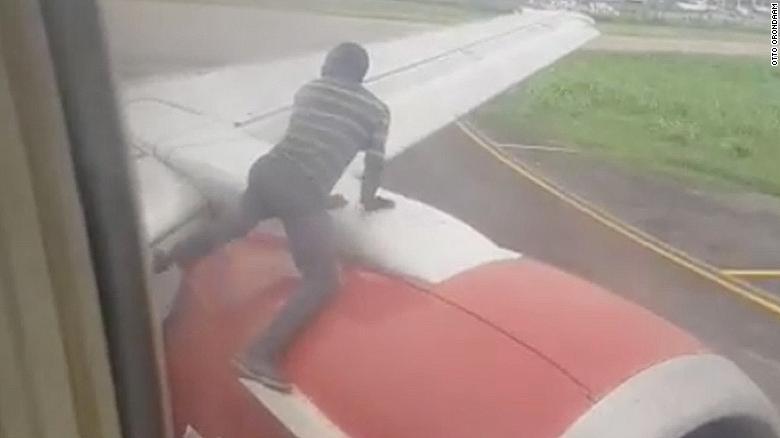 """Skočio na krilo aviona i tražio besplatnu """"vožnju"""" (VIDEO)"""