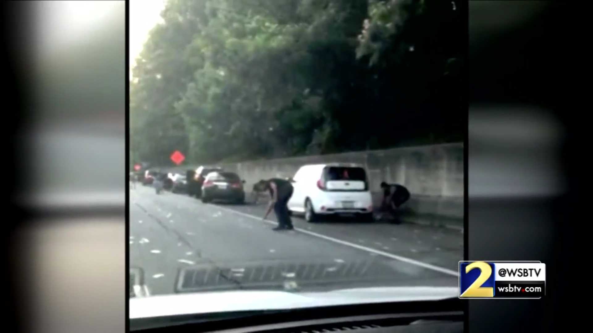 Vozači skupljaju novac rasut po putu (VIDEO)