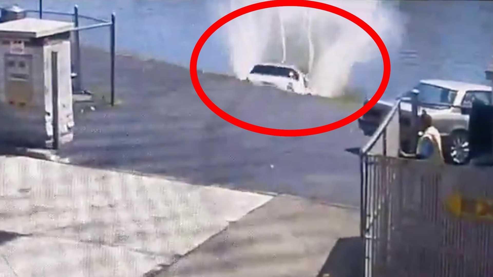 Žena i njen Mercedes-Benz ML završili u reci (VIDEO)