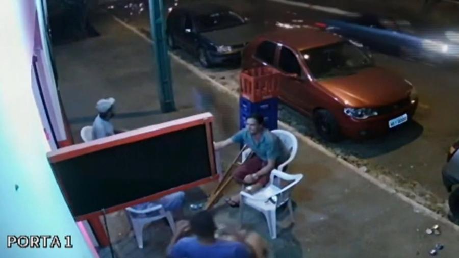 "Projektil u vidu ""odbeglog"" točka pokupio čoveka dok je pio pivo (VIDEO)"