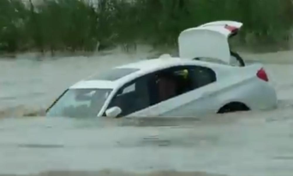 Dobio BMW za rođendan pa ga gurnuo u reku jer je hteo Jaguar! (VIDEO)