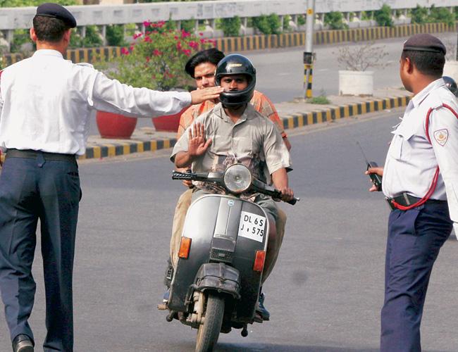 Alkoholisanog motociklistu u Indiji zaustavila policija, on iz inata zapalio vozilo (VIDEO)