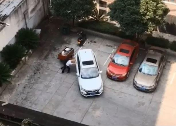 Vozač nije uspeo da se parkira unazad ni posle 15 pokušaja! (VIDEO)