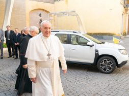 lead_-_groupe_renault_delivers_an_exclusive_dacia_to_pope_francis_3