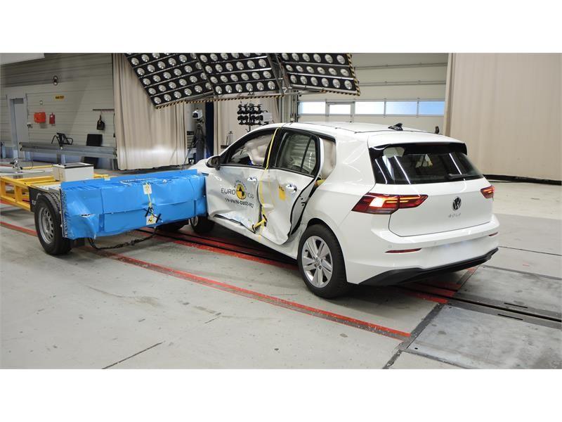 Euro NCAP: Golfu pet zvezdica iako su mu se vrata otvorila tokom testa!