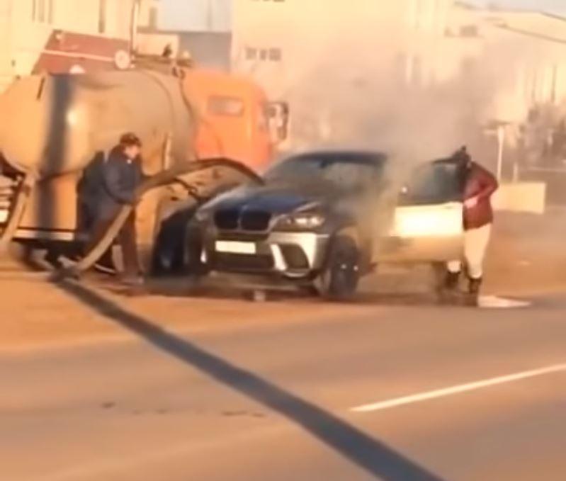 Rusi gasili zapaljeni BMW X6 sa otpadnom vodom (VIDEO)