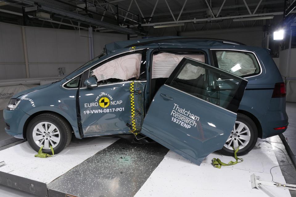 Volkswagen Sharan ostao bez vrata prilikom Euro NCAP testa sudara, uprkos tome dobio četiri zvezdice